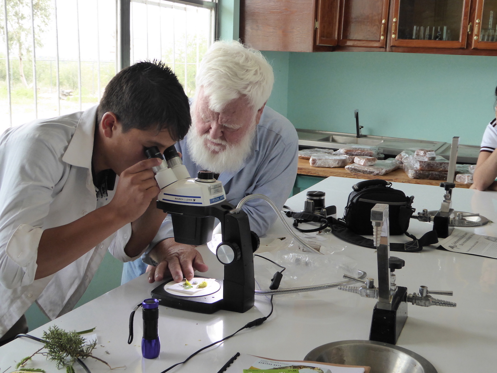 P1010105-students-microscope-ALReina-G-Bavispe-Apr16