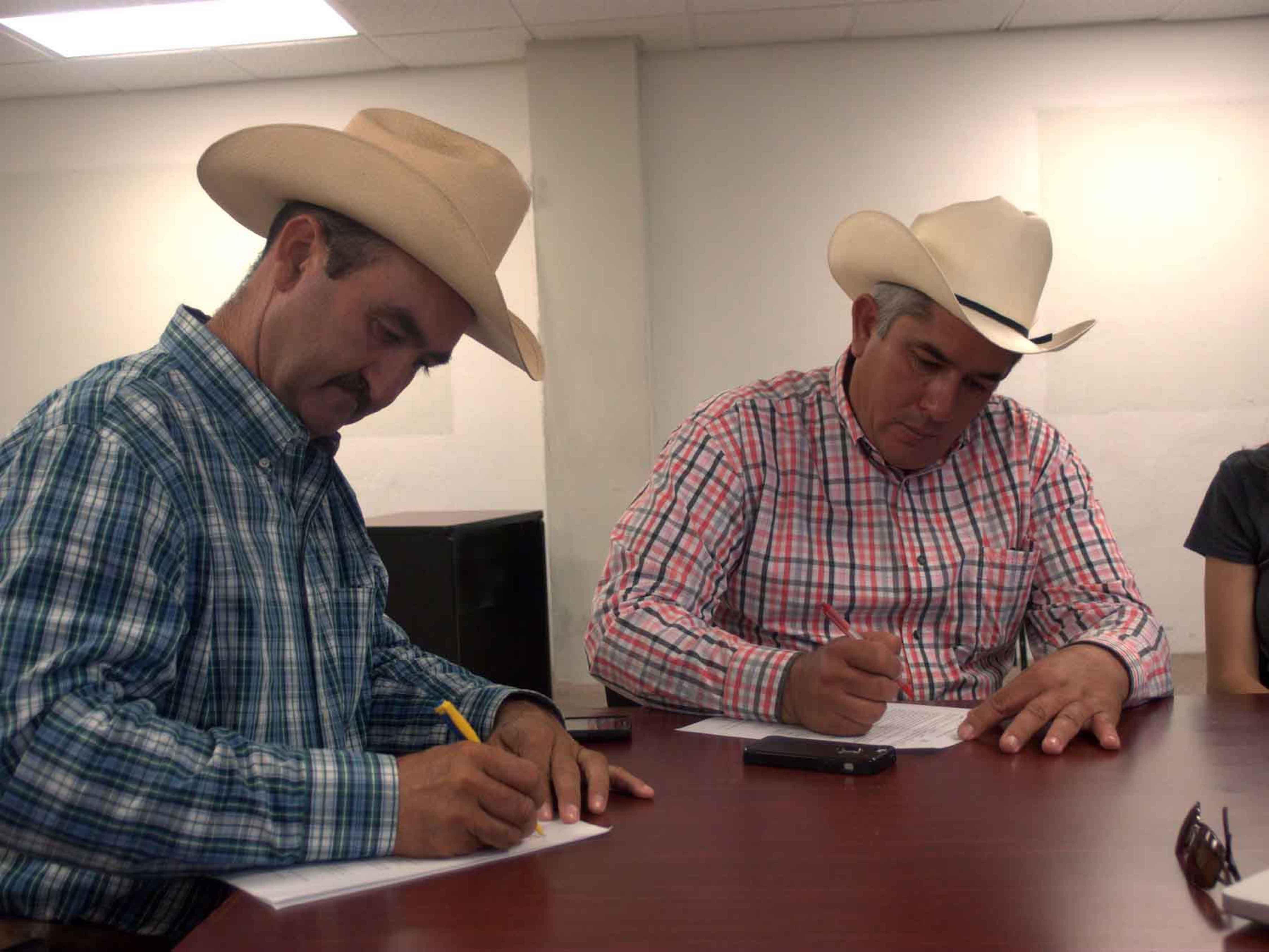 ranchers Abel Barcelo&Jose Durazo signing-Moctezuma